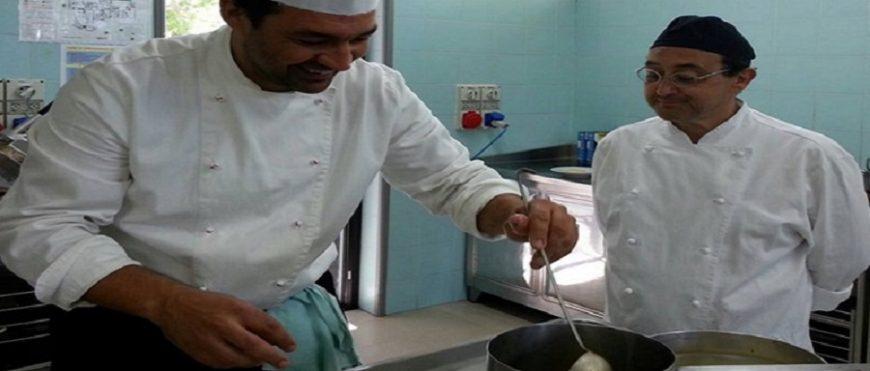 Gli chef dell'associazione al lavoro nelle cucine dell'alberghiero