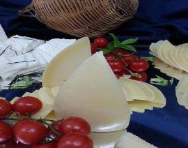 Composizione di formaggi su specchio